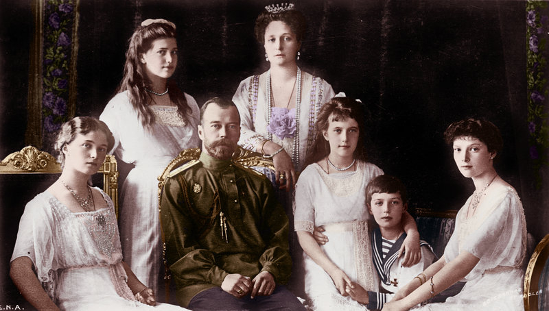 Семья Николая II. Слева направо: Ольга, Мария, Николай, Александра, Анастасия, Алексей и Татьяна (1913)