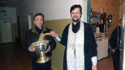 В день празднования Крещения Господня клирик Никольского храма Пензы иерей Сергий Беляков посетил подопечных в Доме ночного пребывания