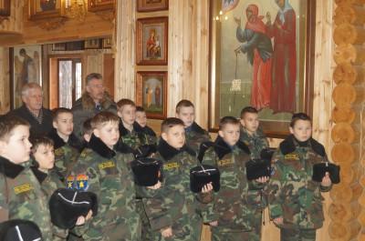 Священник благословил учеников перед торжественным посвящением в кадеты