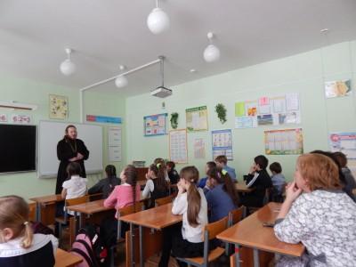 Священник встретился с преподавателями и учащимися школы ст. Леонидовка