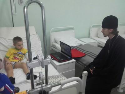 Священник навестил ребенка, пострадавшего в автокатастрофе на трассе Москва — Челябинск