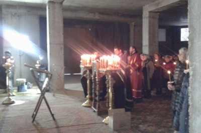 Служба при свечах прошла в строящемся храме Рождества Христова в Заречном