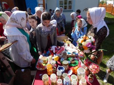 На территории храма Боголюбской иконы Божией Матери в поселке Золотаревка прошла благотворительная ярмарка