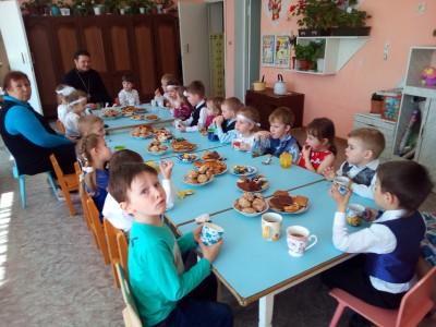 Священник поздравил воспитанников детского сада с праздником Светлого Христова Воскресения