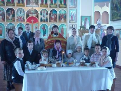Воспитанники воскресной школы Мокшанского храма Богоявления Господня поздравили прихожан с днем Святой Пасхи