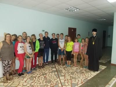 Священнослужитель встретился с детьми в детском трудовом лагере в селе Блохино