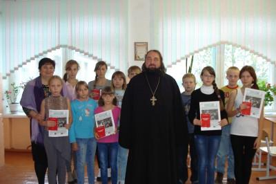 В преддверии праздника Покрова Пресвятой Богородицы в Степановке прошла встреча школьников со священником