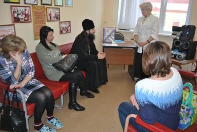 Благочинный Каменского округа посетил с пастырским визитом женскую консультацию Каменской МРБ