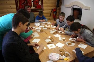 В воскресной школе Никольского храма мкр. Ахуны состоялся мастер-класс по украшению имбирных пряников