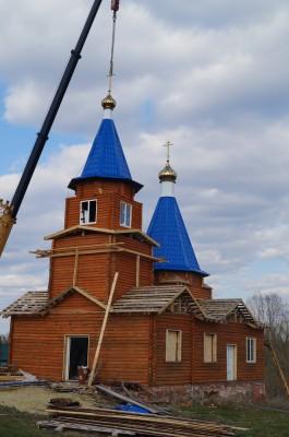 В строящемся храме в честь Покрова Пресвятой Богородицы села Полеологово были установлены купола