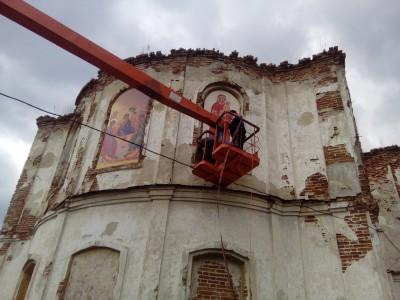 На фасаде храме в честь Святой Троицы в селе Вазерки установили иконы Пресвятой Богородицы и святителя Василия Великого