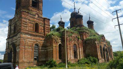 В восстанавливающемся храме в честь великомученика Димитрия Солунского в поселке Юлово совершена Божественная литургия