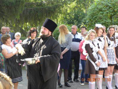 Священнослужитель поздравил школьников с Днем знаний