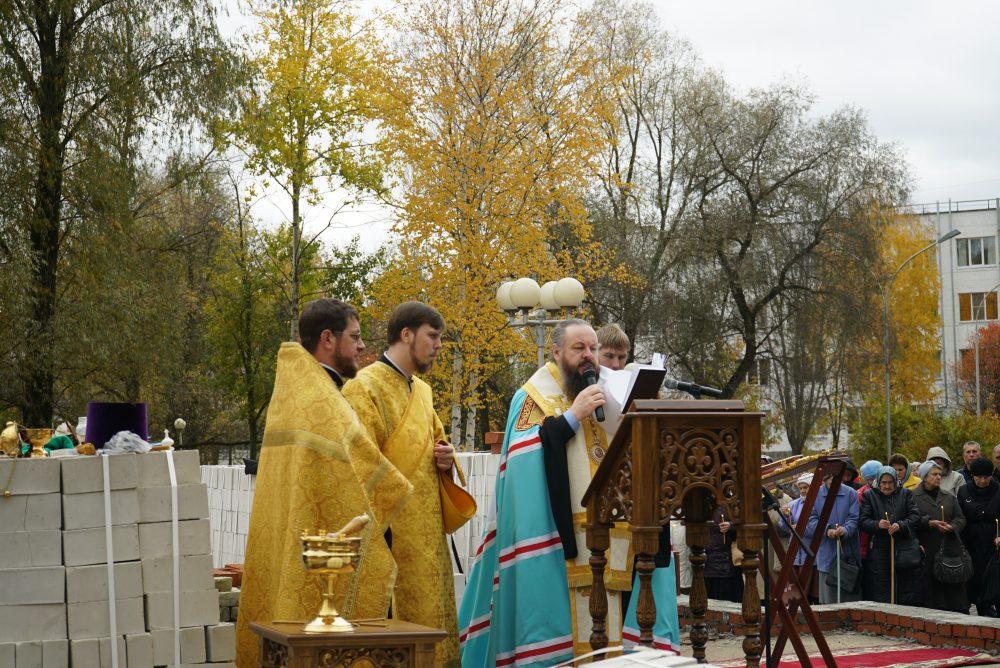 Митрополит Серафим совершил чин закладки камня в основание будущего храма в честь великомученика и целителя Пантелеимона в городе Заречном