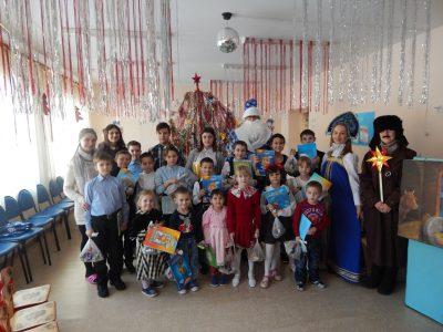 Молодежное общество храма святителя Митрофана Воронежского поздравило с Рождеством Христовым детей в нескольких учреждениях города