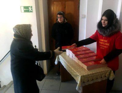 Миссионерская акция «Евангелие в каждый дом», приуроченная ко Дню православной молодежи прошла в Каменском благочинии