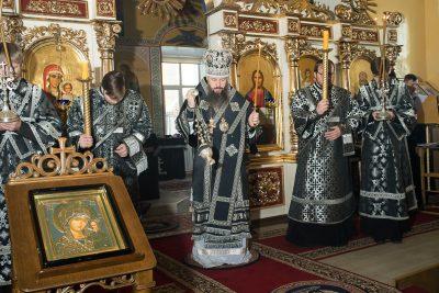 Митрополит Серафим совершил вечерню с чином Пассии в Никольском храме в Терновке