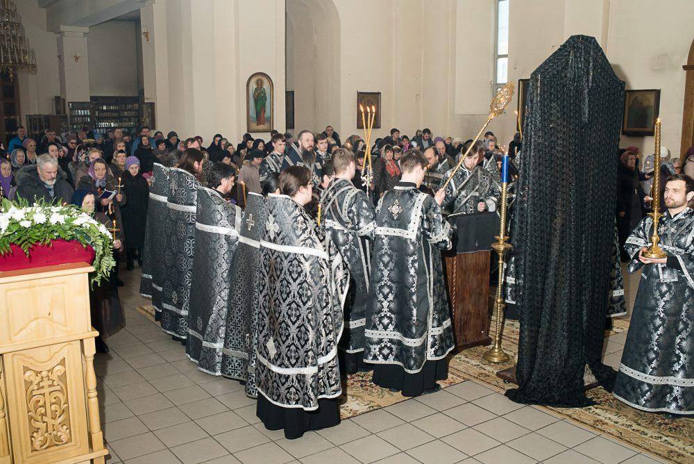 Митрополит Серафим совершил вечерню с чином Пассии в Петропавловском храме города Пензы