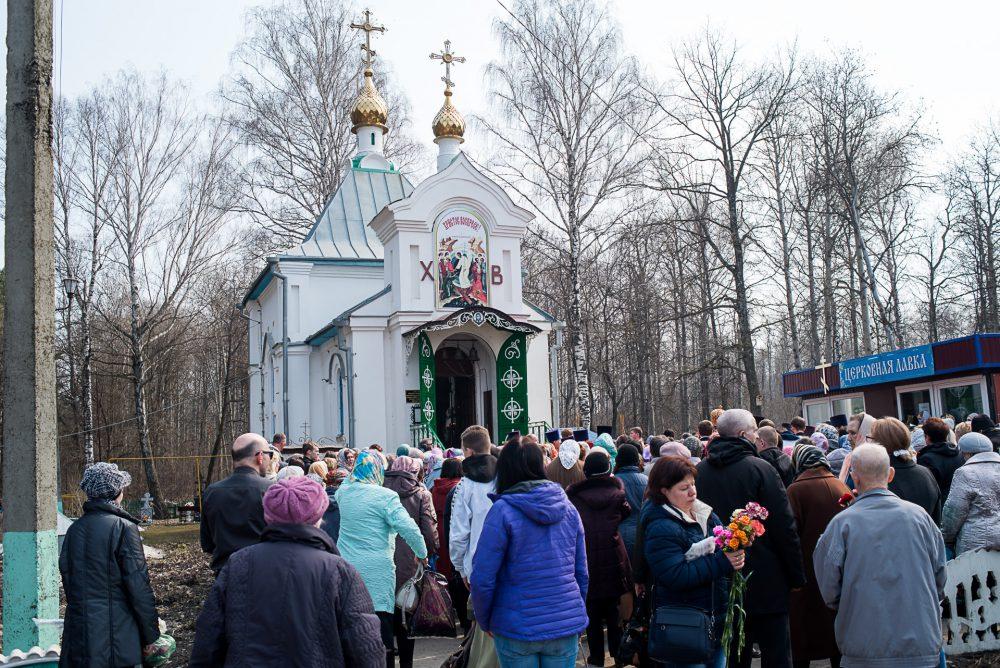 В день Радоницы митрополит Серафим совершил панихиду в Сергиевском храме на Новозападном кладбище Пензы
