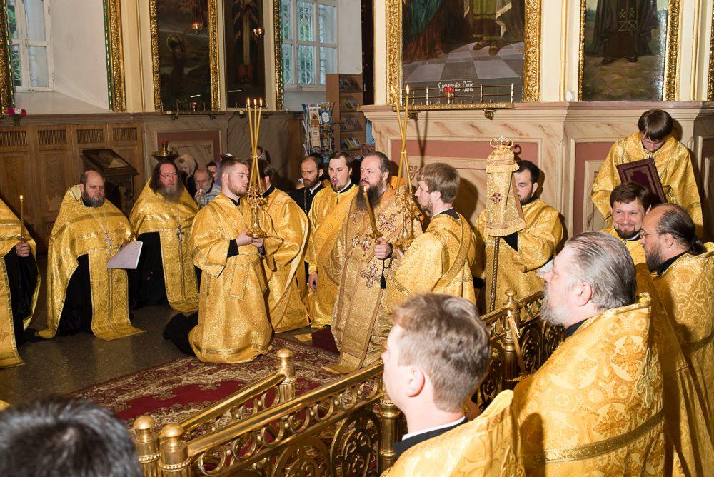Митрополит Серафим совершил вечерню и утреню с акафистом святителю Иннокентию Пензенскому в Успенском кафедральном соборе