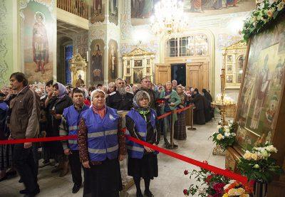 Пензенские паломники поклонились мощам святителя Спиридона Тримифунтского в Свято-Покровском храме Саратова