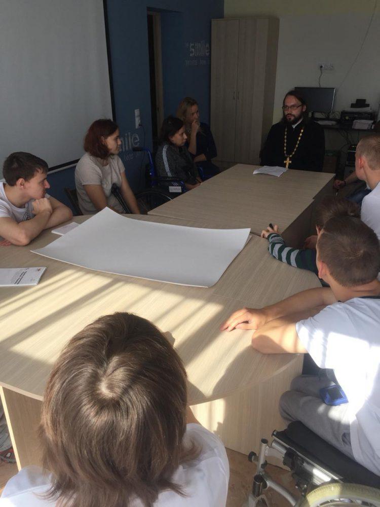 Священнослужитель встретился с участниками программы «Лидеры изменений. Равный — равному»