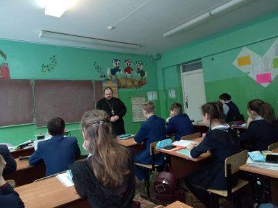 Священнослужители посетили с пастырским визитом среднюю общеобразовательную школу села Архангельское