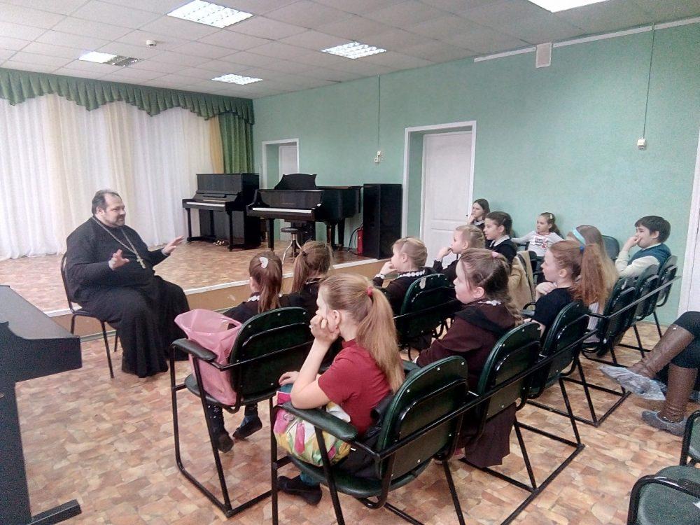 Священник рассказал учащимися детской школы искусств о празднике Благовещения
