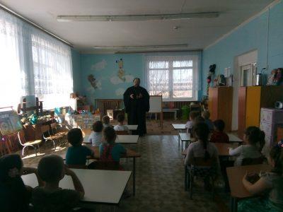Священнослужитель рассказал воспитанникам детского сада о празднике Благовещения