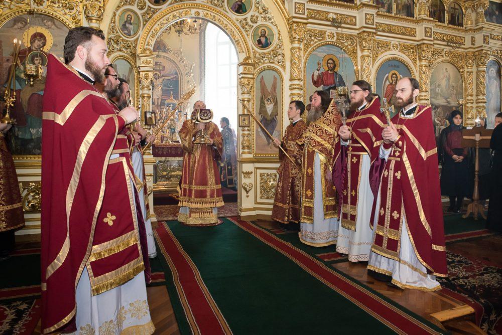 В Великий Четверг митрополит Серафим совершил вечерню и Божественную литургию в Успенском кафедральном соборе