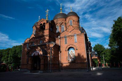 В канун дня памяти архиепископа Серафима (Тихонова) митрополит Серафим молился за богослужением в Успенском кафедральном соборе