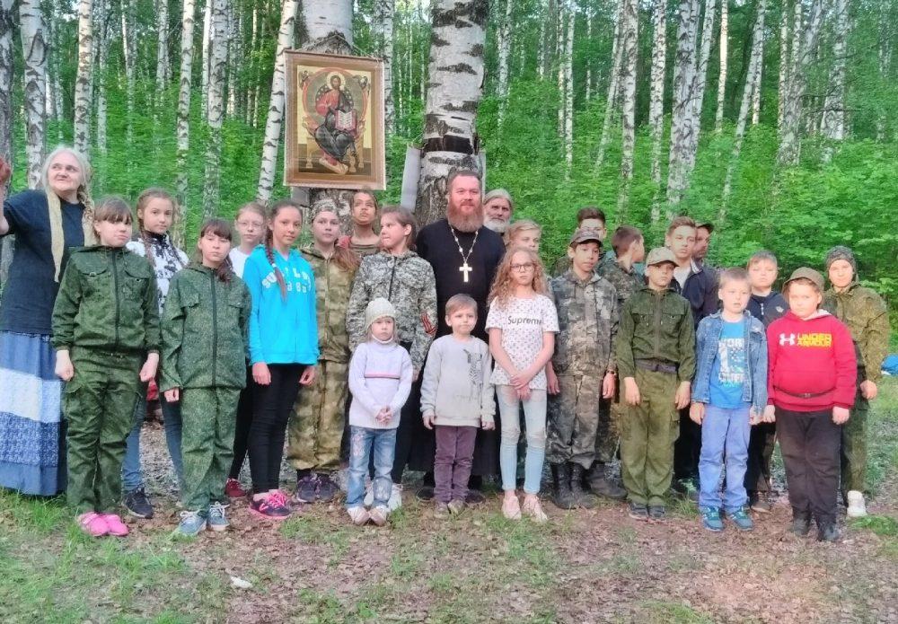 Воспитанники воскресной школы храма Петра и Февронии совершили поход в Ахунский лес