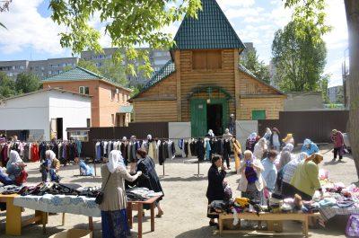 На площади перед храмом Серафима Саровского состоялась благотворительная ярмарка