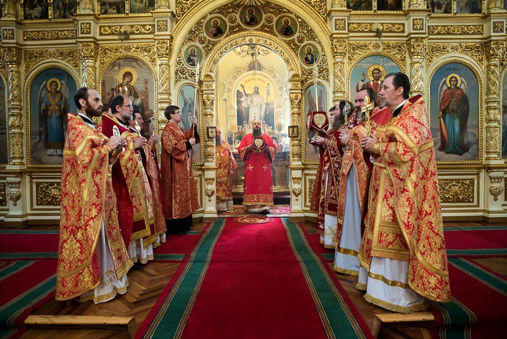 В Неделю святых жен-мироносиц митрополит Серафим и епископ Митрофан совершили Литургию в Успенском кафедральном соборе