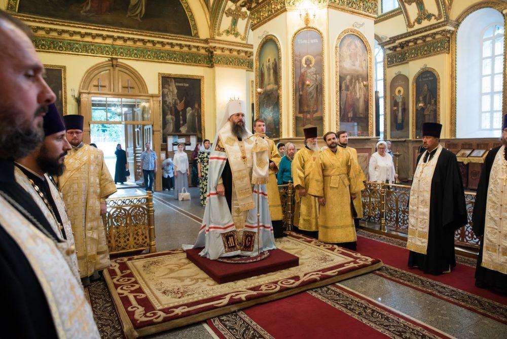 В канун Недели Всех святых митрополит Серафим совершил всенощное бдение в Успенском кафедральном соборе