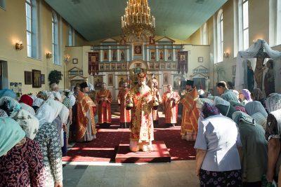 В день отдания праздника Пасхи митрополит Серафим совершил Литургию в Воскресенском храме города Заречного