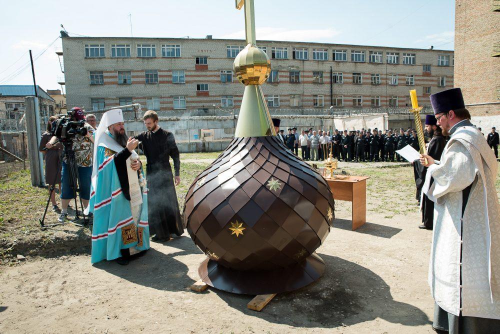 Митрополит Серафим освятил крест и купол храма во имя иконы Божией Матери «Взыскание погибших» при ИК-7