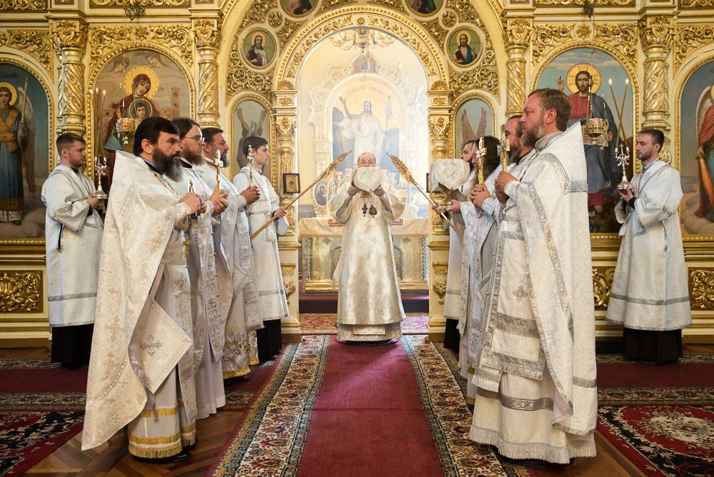 Митрополит Серафим совершил чин освящения антиминсов и Литургию в Успенском кафедральном соборе