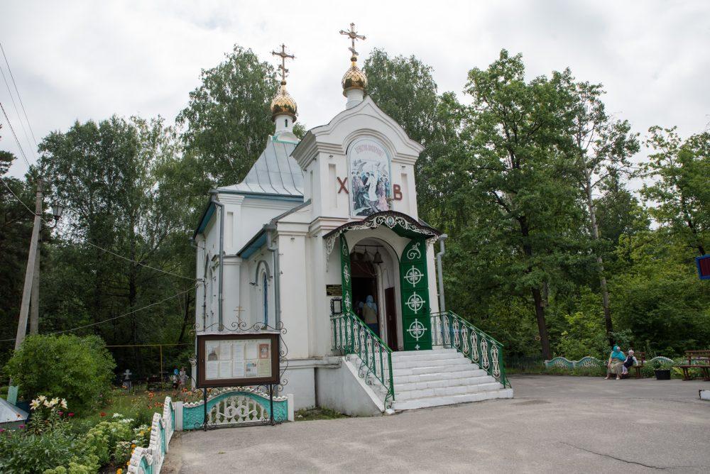 В престольный праздник митрополит Серафим совершил Литургию в храме преподобного Сергия Радонежского на Новозападном кладбище