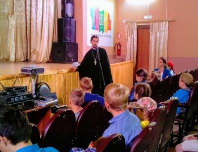 Священник рассказал воспитанникам летнего пришкольного лагеря о великомученице Параскеве Пятнице