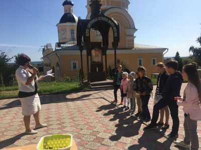 На территории Покровского собора прошла благотворительная акция по раздаче вещей ко Дню знаний