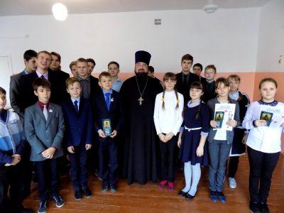 Священник поздравил учащихся средней общеобразовательной школы села Степановка с праздником Покрова Пресвятой Богородицы