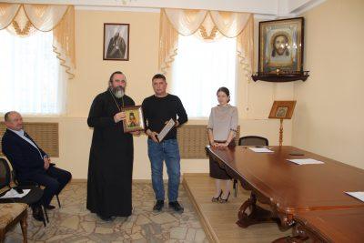 В епархиальном управлении состоялось награждение за вклад в воссоздание Спасского собора
