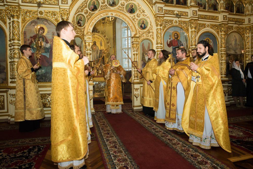 В Неделю 24-ю по Пятидесятнице митрополит Серафим совершил Литургию в Успенском кафедральном соборе