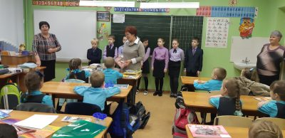 В преддверии Дня волонтера сотрудники центра при Михайло-Архангельском храме р. п. Мокшан подарили детям книги