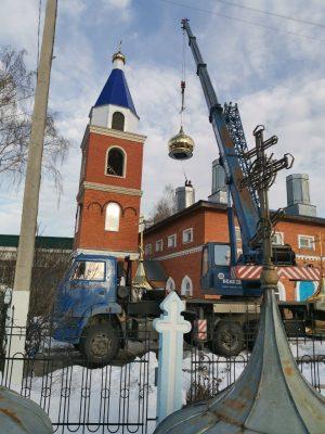На Покровский храм г. Городище водрузили новые купола