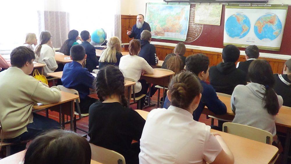 Протоиерей Виталий Ещенко встретился с учащимися старших классов общеобразовательной школы поселка Чаадаевка