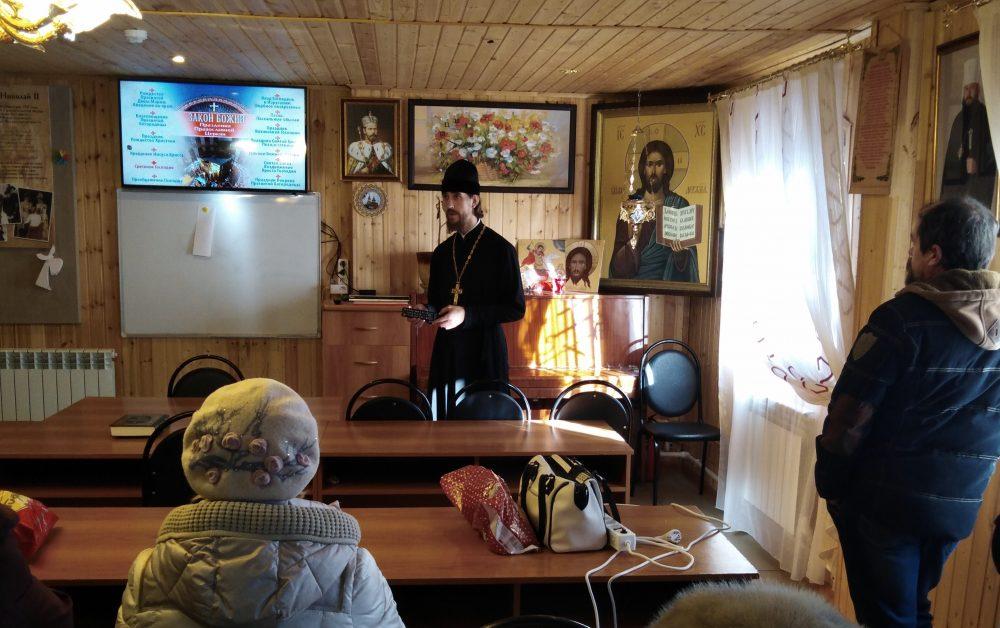 Священник Александр Угольков рассказал жителям Бессоновки о Сретении Господнем