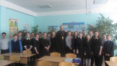 Священник рассказал о празднике Сретения Господня школьникам