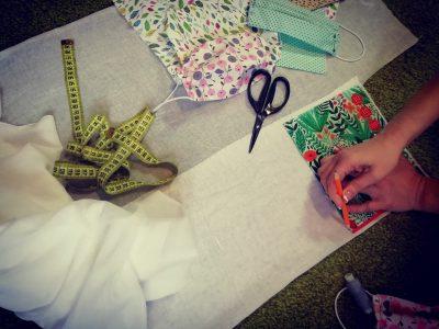 Молодежь Димитриевского храма сшила маски для добровольцев